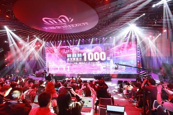 Một màn hình cho thấy doanh số bán hàng của Alibaba vượt quá 100 tỷ Nhân dân tệ sau một giờ rưỡi trong ngày Độc thân 2019. Ảnh: Bloomberg