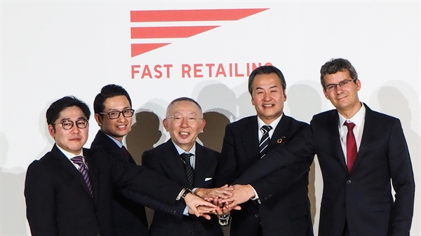 Giám đốc điều hành Fast Retailing, Tadashi Yanai (ở giữa), cho biết Uniqlo đang hướng tới tự động hóa hoàn toàn các kho hàng của mình trong vòng 5 năm. Ảnh: Rurika Imahashi
