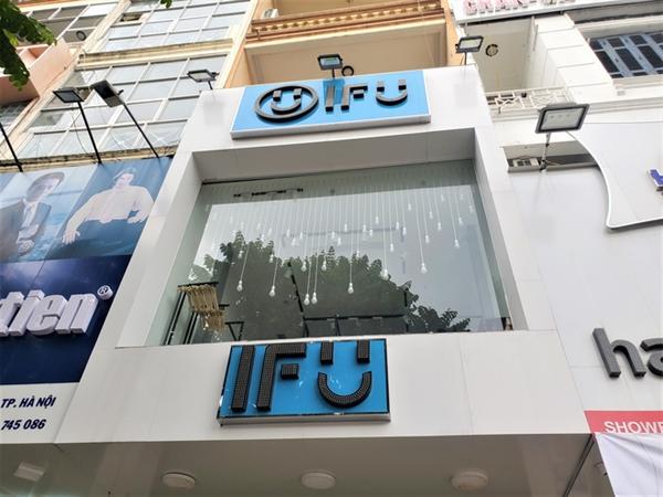 IFU Phạm Ngọc Thạch có dấu hiệu dọn hết hàng hóa trên tầng 2 của cửa hàng.