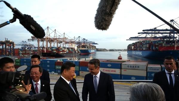 Chủ tịch nước Cộng hòa Trung Quốc Tập Cận Bình (L) và Thủ tướng Hy Lạp Kyriakos Mitsotakis (phải) bắt tay khi họ đến thăm nhà ga hàng hóa của công ty Trung Quốc Cosco tại cảng Piraeus, Hy Lạp, vào ngày 11 tháng 11 năm 2019.