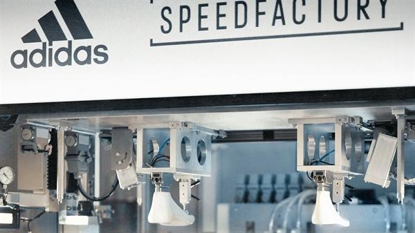Một khâu trong dây chuyền sản xuất giaỳ Adidas được tự động hoá