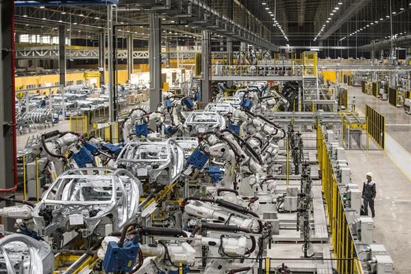 Robot hoạt động tại nhà máy Vinfast ở Hải Phòng, Việt Nam.Nhiếp ảnh gia: Yên Dương / Bloomberg