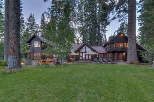 Mùa đông năm 2018, Mark Zuckerberg chi khoảng 59 triệu USD cho 2 căn biệt thự nằm sát hồ Tahoe, ở thành phố Tahoe, bang California. Ngôi nhà đầu tiên rộng hơn 494 m2, được xây dựng vào những năm 1920. Ảnh: Forbes.