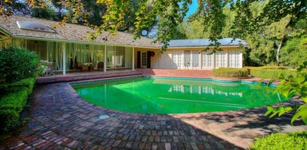 Năm 2012, Zuckerberg chi đến 43 triệu USD để mua 4 ngôi nhà xung quanh căn biệt thự ở Palo Alto của mình nhằm đảm bảo tính riêng tư. Ảnh: ABC.