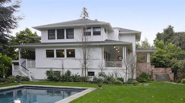 Mark Zuckerberg hiện cùng gia đình sinh sống trong một căn biệt thự hơn 464 m2 với 5 phòng ngủ và 5 phòng tắm ở thành phố Palo Alto, bang California. CEO của Facebook mua ngôi nhà vào tháng 5/2011 với giá 7 triệu USD. Ảnh: Realtor.