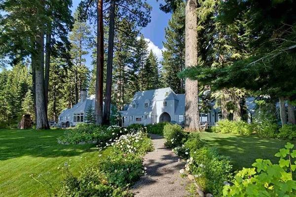 Ngôi nhà thứ 2 bên hồ Tahoe mà Zuckerberg mua là một căn biệt thự mang phong cách giản dị với 8 phòng ngủ và 9 phòng tắm. Ảnh: Oliver Lux.