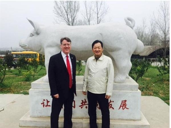 Ông Qin (phải) là tỷ phú có tài sản tăng trưởng nhanh nhất theo xếp hạng Bloomberg Billionaires Index. Ảnh: Twitter/Aidan J Connolly