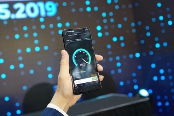 OPPO Reno 5G là smartphone kết nối thành công mạng 5G đầu tiên tại Việt Nam, trong một thử nghiệm của Viettel