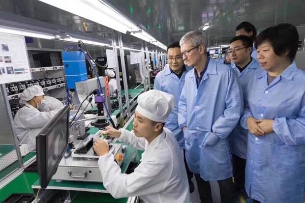 CEO Apple - Tim Cook ghé thăm nhà máy sản xuất AirPods tại Trung Quốc