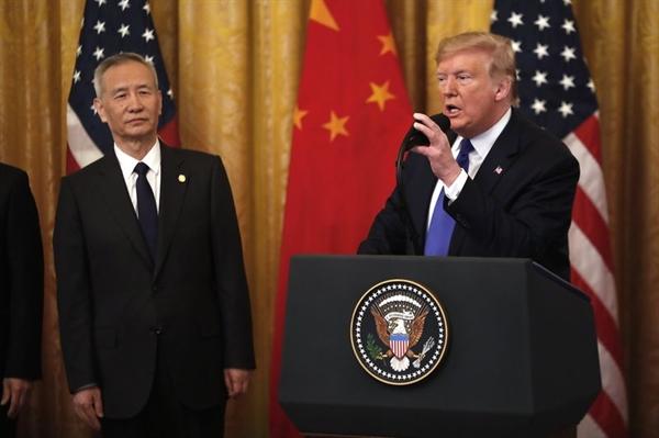 Tổng thống Trump phát biểu tại lễ ký kết. Ảnh: Bloomberg