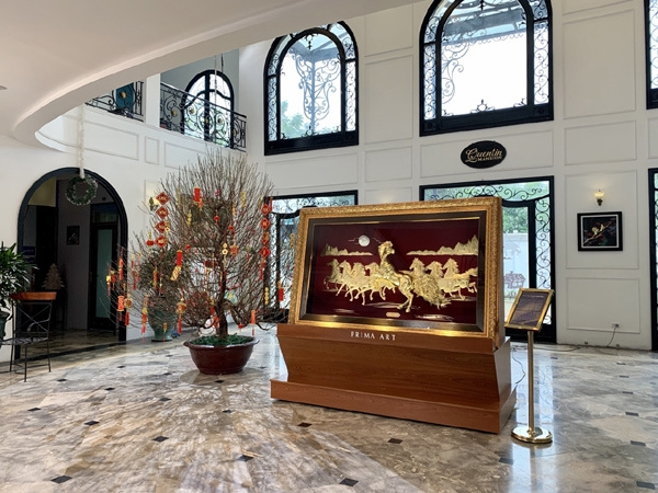 """Được chế tác thủ công tinh xảo từ vàng 24K với tay nghề của các nghệ nhân thủ công bậc thầy, tranh vàng """"Mã đáo thành công"""" của Prima Art là món quà hoàn mỹ dành cho doanh nhân và đối tác, gửi trọn lời chúc kinh doanh thịnh vượng, thăng tiến huy hoàng."""