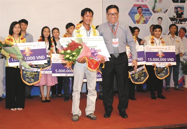 Ông Nguyễn Lâm Viên trao giải khởi nghiệp trong nông nghiệp. Ảnh: Quý Hòa