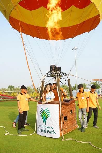 Cư dân phấn khích chụp hình check-in cùng khinh khí cầu