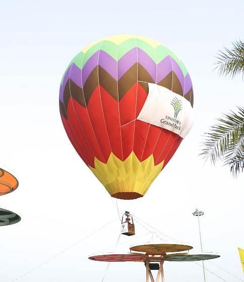 Khung cảnh ngoạn mục của những chiếc khinh khí cầu chuẩn quốc tế, cao ngang với tòa nhà 6-7 tầng, rực rỡ sắc màu