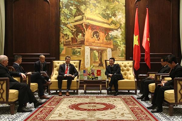 Bộ trưởng Nguyễn Mạnh Hùng và Nghị sỹ Seth Moulton cùng trao đổi về tình hình phát triển công nghệ 5G. ẢNh: mic.gov