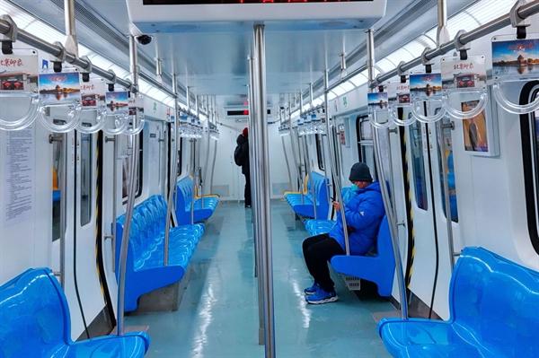 Một chuyến tàu hầu như trống rỗng trong giờ cao điểm tại ga Dongdan trong tàu điện ngầm Bắc Kinh vào ngày 6/2/2020. Nguồn: Bloomberg