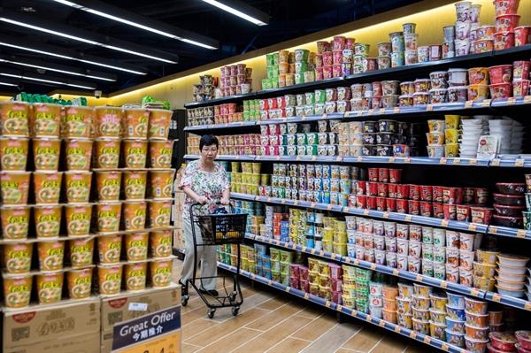 Một người mua sắm đi ngang qua các nhãn hiệu mì ăn liền khác nhau để bán trong một siêu thị ở Hồng Kông vào ngày 17/8/2017. Nguồn: Bloomberg