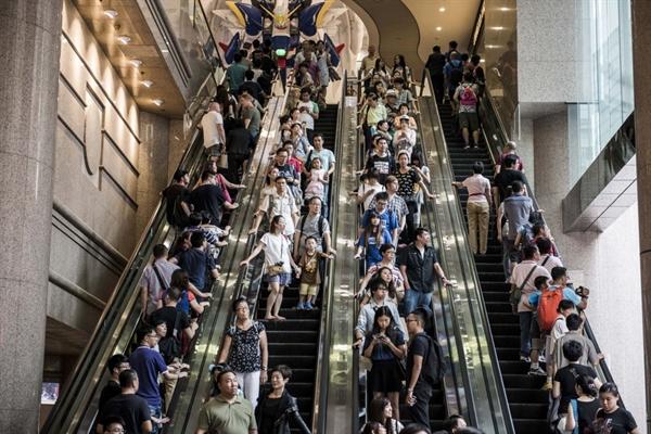 Người mua sắm đi xe trên thang cuốn tại trung tâm mua sắm Times Square ở khu mua sắm Vịnh Causeway của Hồng Kông vào ngày 9/8/2015. Nguồn: Bloomberg