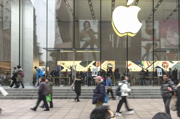 Người dân đi ngang qua cửa hiệu Apple vào ngày 29/01/2020. Nguồn: Bloomberg
