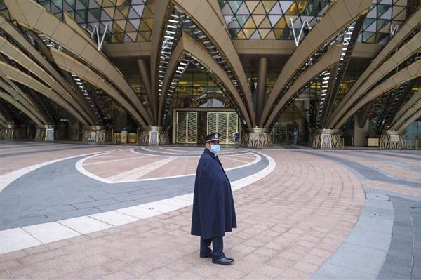 Một người bảo vệ mang khẩu trang đứng trước sòng bạc Grand Lisboa ở Macau vào ngày 05/02/2020. Nguồn: Bloomberg.