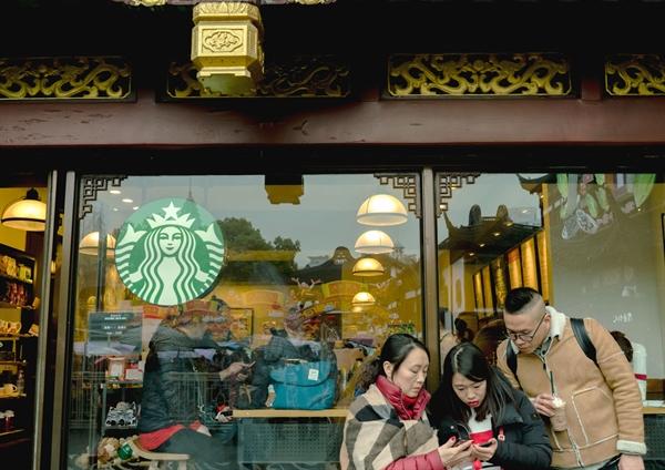 Khách hàng tại Starbucks tại Yuyuan Bazaar ở Thượng Hải vào ngày 24/02/2018. Nguồn: Bloomberg.