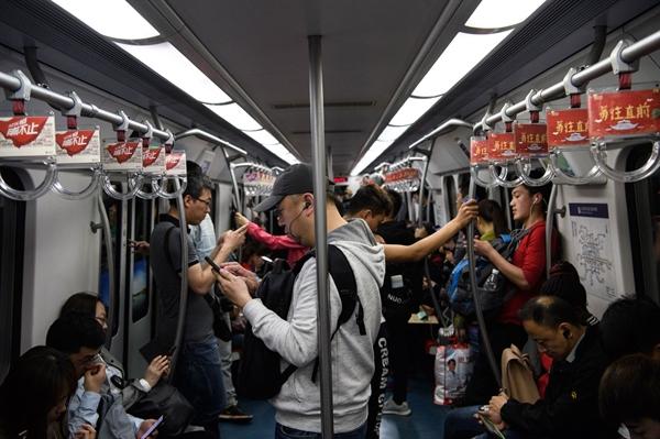 Hành khách trên một chuyến tàu trong tàu điện ngầm Bắc Kinh vào ngày 25/4/2018. Nguồn: Bloomberg