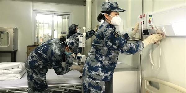 Các nhân viên kiểm nghiệm cơ sở mới toanh tại bệnh viện Huoshenshan vào ngày bệnh viện này mở cửa chào đón bệnh nhân. Nguồn: Business Insider.