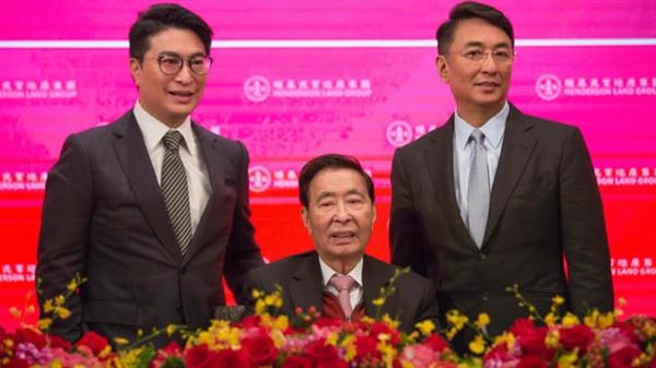 Nhà sáng lập của công ty phát triển bất động sản Henderson Land Development, ông Lý Triệu Cơ (ở giữa). Nguồn: Nikkei Asian Review