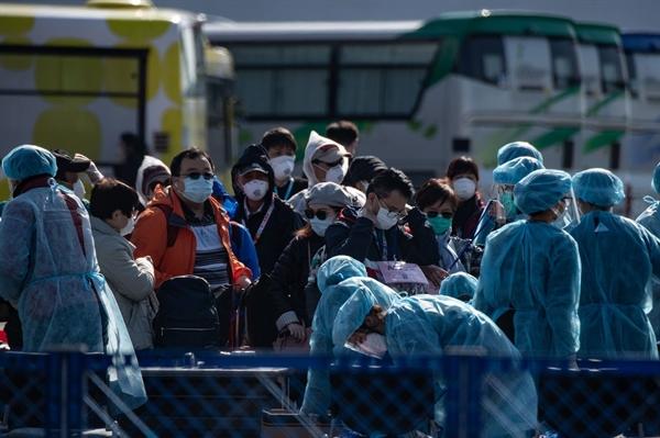 Nhân viên y tế đo thân nhiệt của những hành khách rời tàu Diamond Princess. Nguồn: Bloomberg.