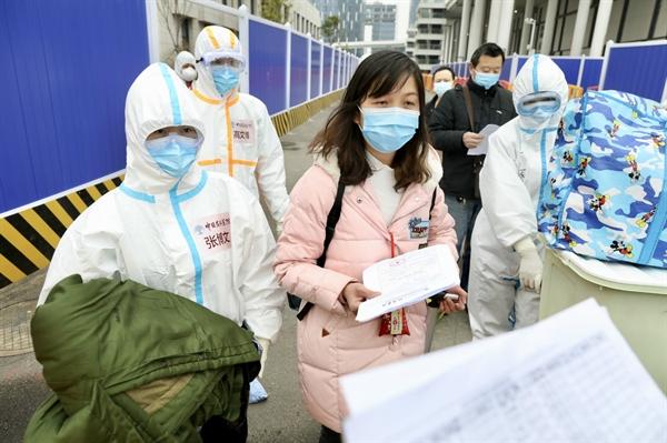Hình ảnh những bệnh nhân cuối cùng rời khỏi bệnh viện dã chiến. Nguồn: ChinaDaily.