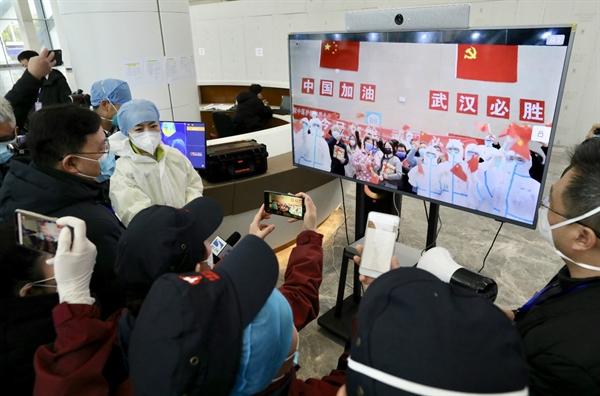 Các bệnh nhân hồi phục hát cùng với các nhân viên y tế trực tuyến. Nguồn: ChinaDaily.