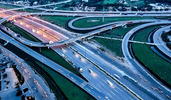 """Bình Tân, Bình Chánh, quận 12, Hóc Môn, Củ Chi là các quận huyện hiện quỹ đất còn dồi dào, đồng thời hạ tầng giao thông đang ngày càng hoàn thiện. Đây là lợi thế để phát triển các khu đô thị, khu dân cư chuẩn mực trong tương lai gần, đáp ứng nhu cầu sinh sống cũng như giảm tải lưu lượng di dân về thành phố ngày càng đông. Nhu cầu mua nhà vẫn ở mức cao tại các quận huyện phía Tây Sài Gòn Theo thống kê, dân số Tp.HCM hiện đạt hơn 8,99 triệu dân, trong đó, quận huyện đông dân nhất là Bình Tân với hơn 784.000 người, tiếp theo là huyện Bình Chánh với hơn 705.000 người, quận Gò Vấp với hơn 676.000 người, quận 12 với hơn 620.000 người và thấp nhất là huyện Cần Giờ với hơn 71.000 người. Như vậy, 4 quận huyện có số người cư trú đông nhất đều thuộc về khu Tây thành phố. Con số này được thống kê vào thời điểm mốc điều tra dân số từ ngày 01/4 đến 25/4/2019 và được UBND Tp.HCM công bố vào sáng ngày 11/10/2019. Mỗi năm dân số tại Sài Gòn tăng cơ học (nhập cư) khoảng 200.000 người, vì vậy gây áp lực trong việc đáp ứng về lưu trú, cơ sở hạ tầng giao thông, tình trạng kẹt xe, ngập nước ngày càng diễn ra phức tạp. BĐS khu Tây hấp dẫn nhờ hạ tầng hoàn thiện và các khu đô thị vệ tinh Khu Tây Sài Gòn là cửa ngõ giao thương về các tỉnh miền Tây Nam Bộ của thành phố, bao gồm các quận: quận 6, quận 12, quận Bình Tân, quận Tân Phú, huyện Hóc Môn, huyện Củ Chi và huyện Bình Chánh. Đây là khu vực có dân số đông đúc và lượng dân nhập cư lớn, bên cạnh đó khu Tây đang trên đà phát triển mạnh khi sở hữu hệ thống cơ sở hạ tầng tương đối hoàn thiện, giao thông kết nối đồng bộ. Do vậy, các dự án bất động sản được đầu tư tại khu Tây có mức tăng trưởng khá nhanh, hút khách tìm mua và cũng nằm trong """"tầm ngắm"""" của nhiều nhà đầu tư."""