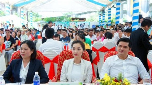 fEm gái Cường Đô La - Nguyễn Ngọc Huyền My (ngồi giữa). Ảnh: Người đưa tin.