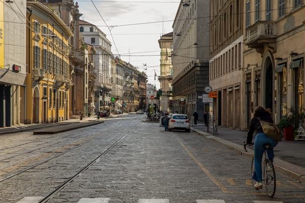 Những con phố từng rất nhộn nhịp giờ lại vắng tanh. Ảnh: New York Times