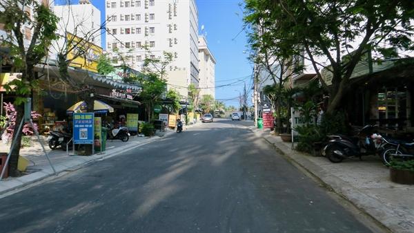 Đường phố Đà Nẵng bình thường đông đúc khách du lịch, nhưng hiện tại đang rất trống vắng. Ảnh: Hugh Bohane.
