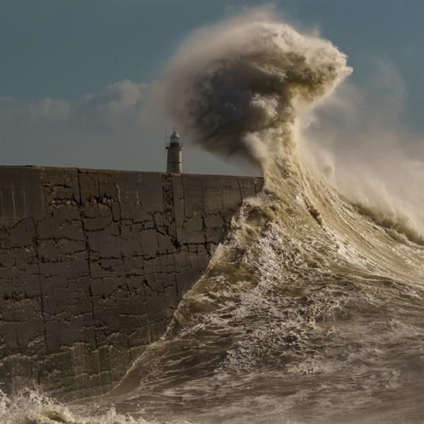 Bức ảnh chụp những con sóng lớn ập vào đê chắn sóng hải cảng Newhaven, hạt East Sussex, Anh, của nhiếp ảnh gia Anh Lloyd Lane vào chung kết thể loại ảnh Chuyển động. Ảnh: Lloyd Lane.