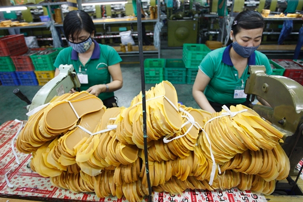 Dây chuyển sản xuất giày tại Công ty Đông Hưng. Ảnh: Quý Hoà