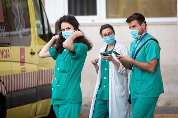 Nhân viên y tế đeo khẩu trang bên ngoài Bệnh viện 12 de Octubre ở Madrid, Tây Ban Nha, vào ngày 10 tháng 3 năm 2020