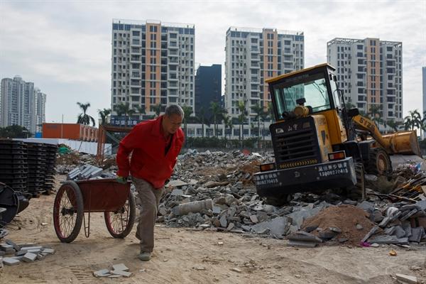 Tại Trung Quốc, các công ty bất động sản đang lâm vào rủi ro vỡ nợ lớn nhất do thị trường bất động sản trì trệ, doanh số giảm mạnh