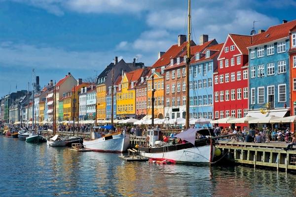 Copenhagen được vinh danh là thành phố có quy hoạch kiến trúc tốt nhất thế giới. Người dân thành phố rất chuộng xe đạp nên không khí hầu như lúc nào cũng dễ chịu. Thành phố này cũng nổi tiếng với nền ẩm thực chỉ dành cho