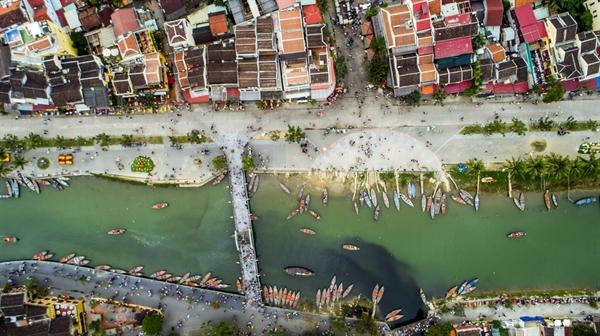 Biên tập viên của Travel + Leisure ao ước được nằm dài cùng bạn bè trên những bãi biển nhiệt đới tuyệt đẹp và thưởng thức ẩm thực đường phố nổi tiếng. Ảnh: Long Quang Le.