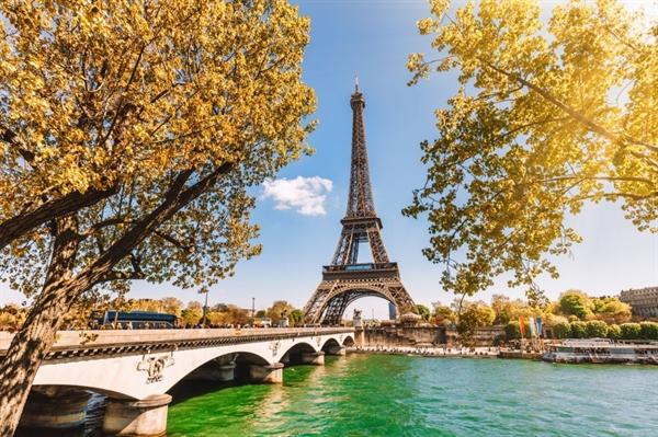 Elizabeth Rhodes, biên tập viên của Travel + Leisure muốn tận hưởng lại không khí uống tách trà chiều ở Corinthia và những chiếc bánh ngọt ngào, rượu vang hay phô mai thượng hạng chính là điều đang chờ bạn tại Pháp (Anh)
