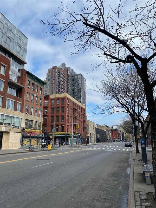 Cảnh một đường phố vắng hoe của New York, thành phố trước đây rất sôi động, không hề biết đến giấc ngủ.   (ảnh: Nguyen Thi Anh)