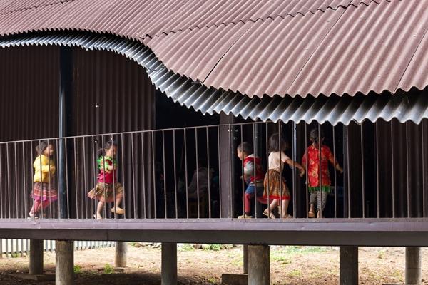 Phần sân trung tâm có đủ diện tích và bóng mát để trẻ em vui chơi.