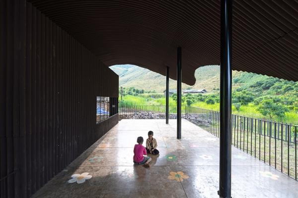 TRường có không gian thoáng mát và nhiều khu vui chơi cho học sinh.