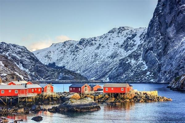 Các tòa nhà lịch sử là điểm thu hút chính trong chuyến tham quan ngôi làng, bao gồm cửa hàng bách hóa, nhà máy dầu gan cá và bảo tàng săn cá voi. Phí tham quan ngôi làng 10 USD. Ảnh: Felix Lipov/Shutterstock.