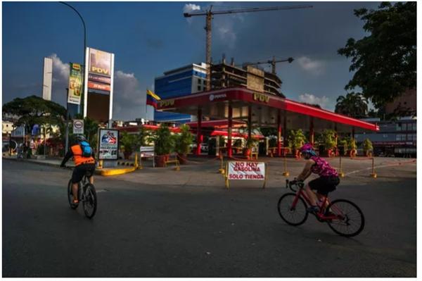 1 cây xăng ở thủ đô Caracas đóng cửa vì không có hàng để bán. Ảnh: NYT