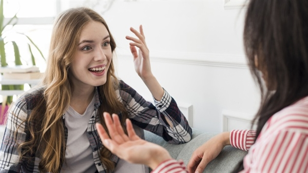 Những người hiểu chuyện và hiểu bạn là người chỉ cần bạn mở lời sẽ sẵn sàng lắng nghe bạn một cách chân thành. Ảnh: Freepik