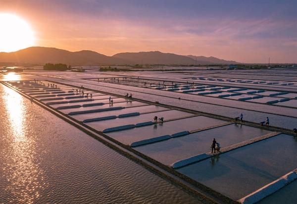 Niên vụ muối hàng năm ở Long Điền bắt đầu từ tháng 9 âm lịch của năm trước đến tháng 4 âm lịch năm sau.