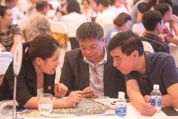 Khách hàng lắng nghe nhân viên kinh doanh tư vấn sản phẩm đất nền Kỳ Co Gateway.